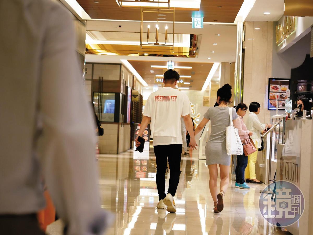 18:48 吳婉君和男友在百貨裡手牽手逛街,戀情談得高調公開。