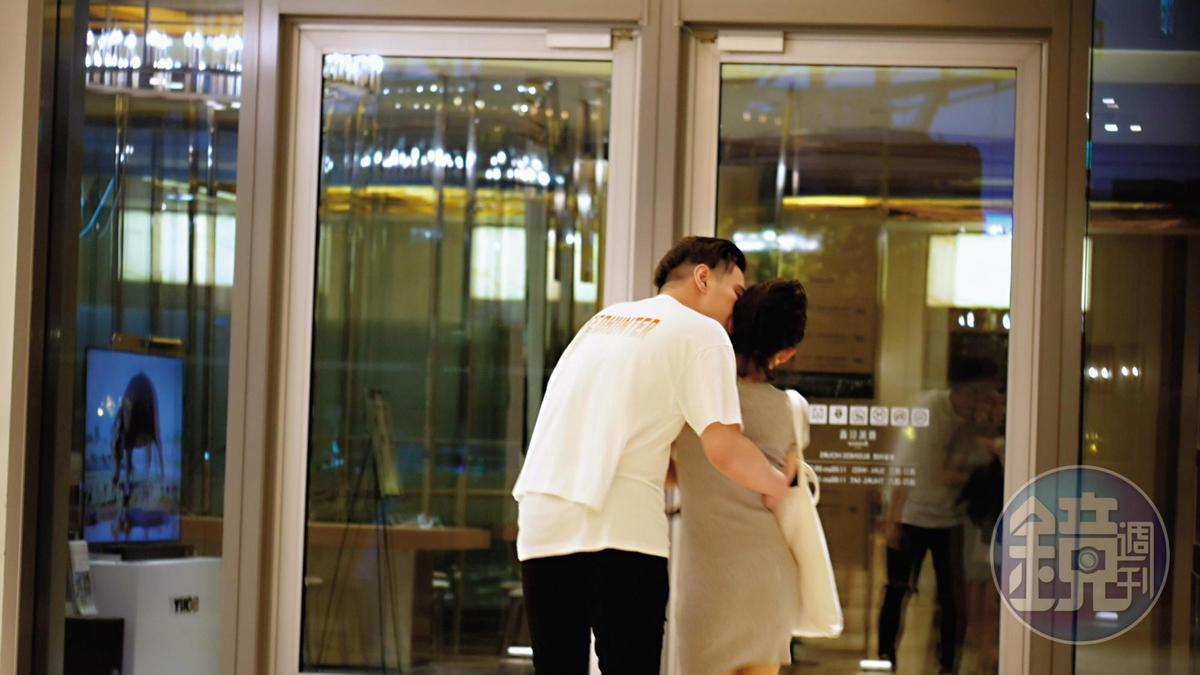18:52 兩人按捺不住愛火,男友彎腰一口親上吳婉君的臉蛋。