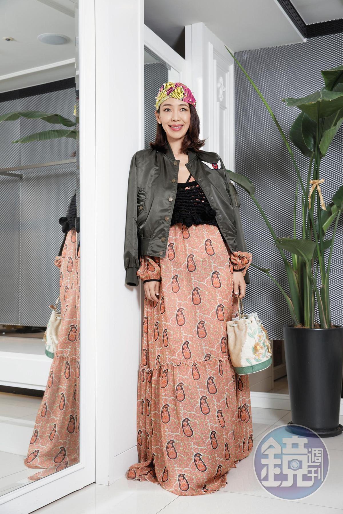在巴黎二手店買的針織背心。約NT$2,000 GIAMBA曳地洋裝。NT$57,500 Tommy Hilfiger by GiGi Heidi外套。約NT$2,000 IOANNA SOLEA花卉手袋。NT$43,200