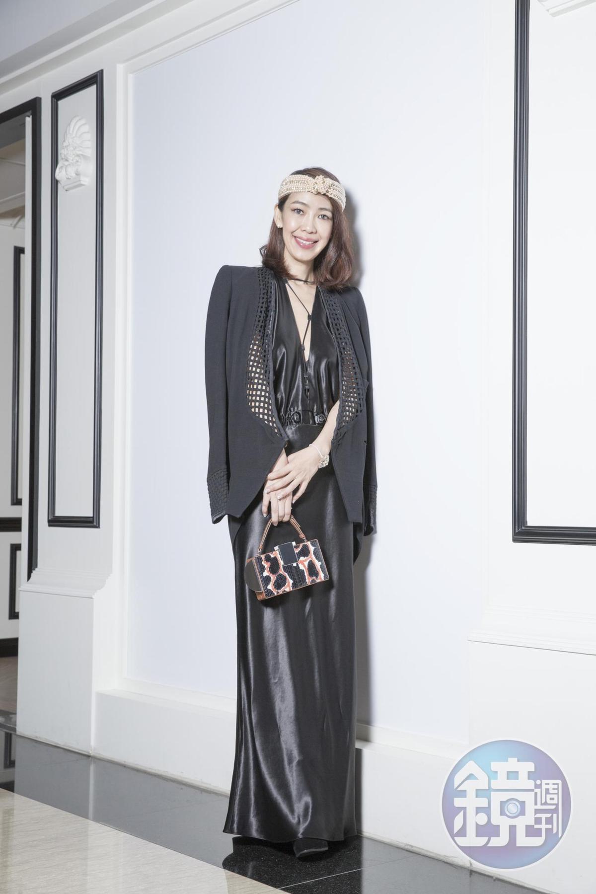CHRISTOPHER ESBER深V領洋裝。NT$36,500 BALENCIAGA鏤空細節外套。約NT$15,000 JENNIFER BEHR珍珠髮帶。NT$21,000