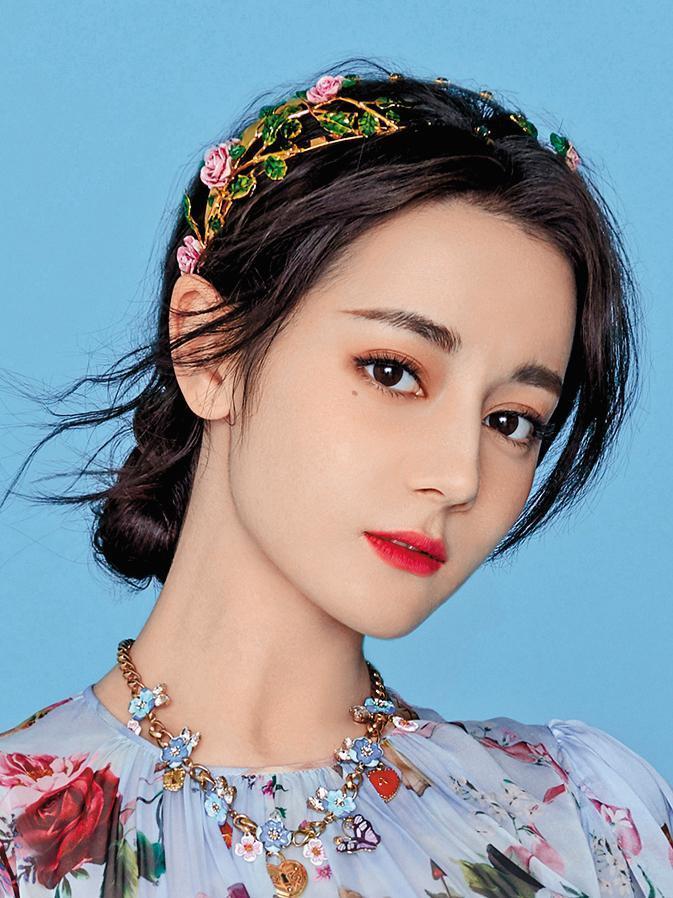 迪麗熱巴的美,只有一句:就是正。她以極為女性化的花朵圖騰雪紡服裝、花卉造型項鍊,與頭上佩戴的玫瑰花造型髮飾互相輝映,整個人散發著溫柔的浪漫。