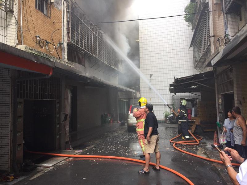 八里今日發生民宅火警,造成2死1命危。(翻攝畫面)