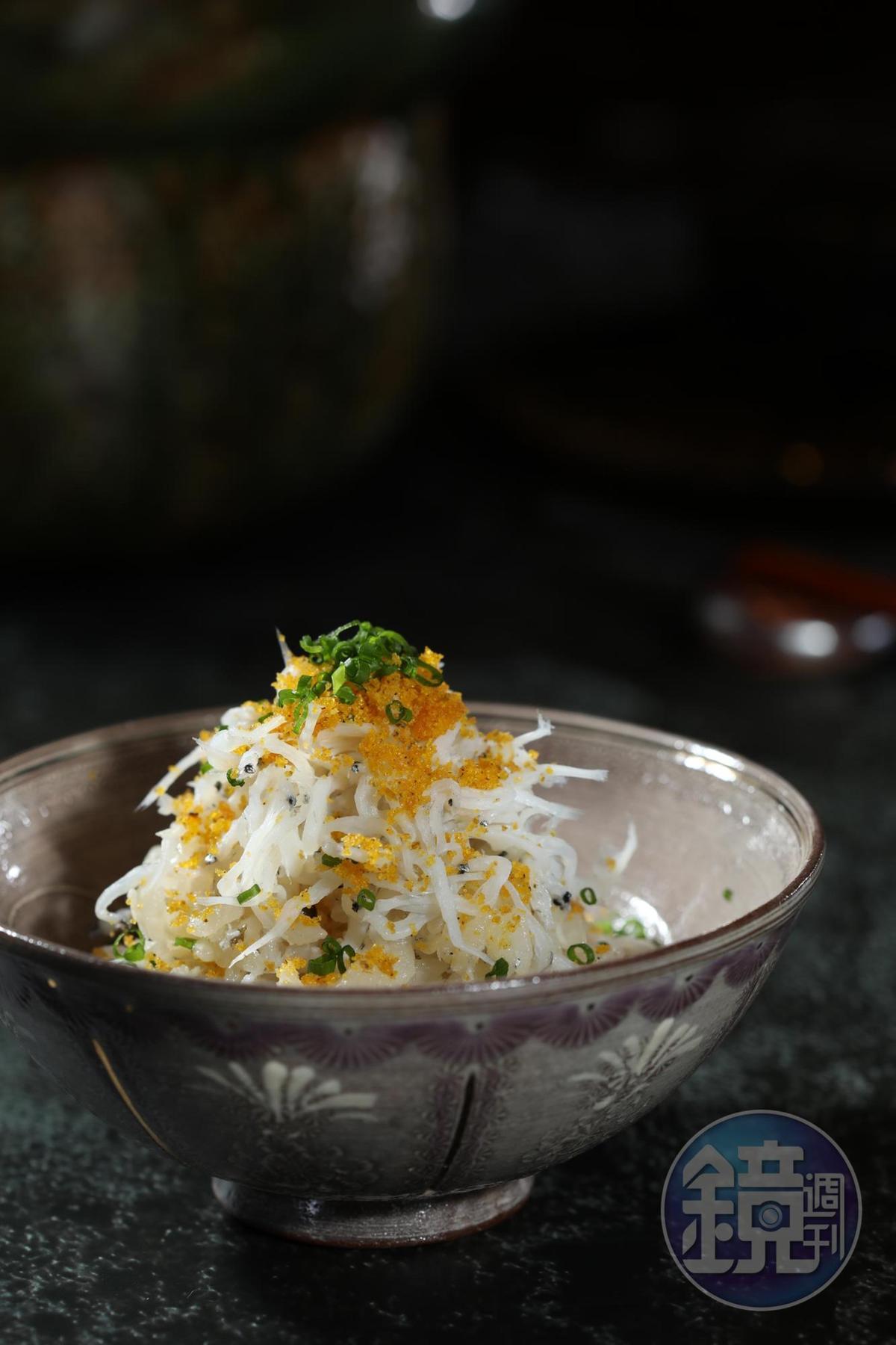 「吻仔魚炙燒烏魚子土鍋飯」用有馬山椒搭配烏魚子,有如台日夢幻共演。(晚間套餐菜色)