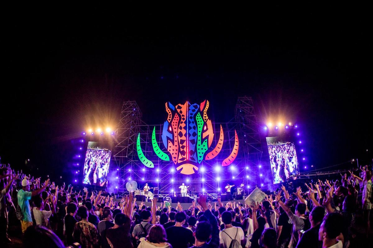 PASIWALI舞台上象徵原住民生命力的山豬標誌,夜晚更酷炫。(角頭音樂提供)