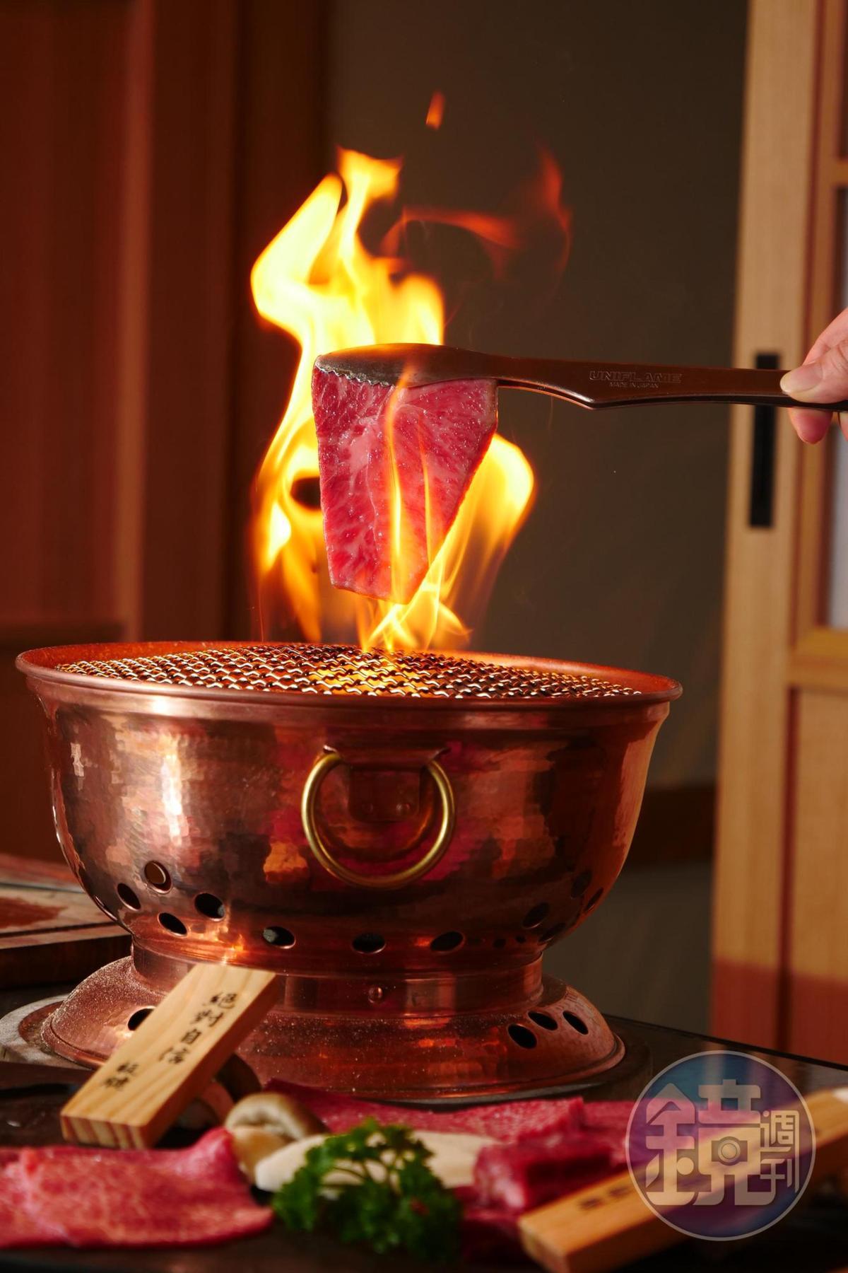 專人服務的銅爐鐵網炭烤,不用動手也能享受美味。
