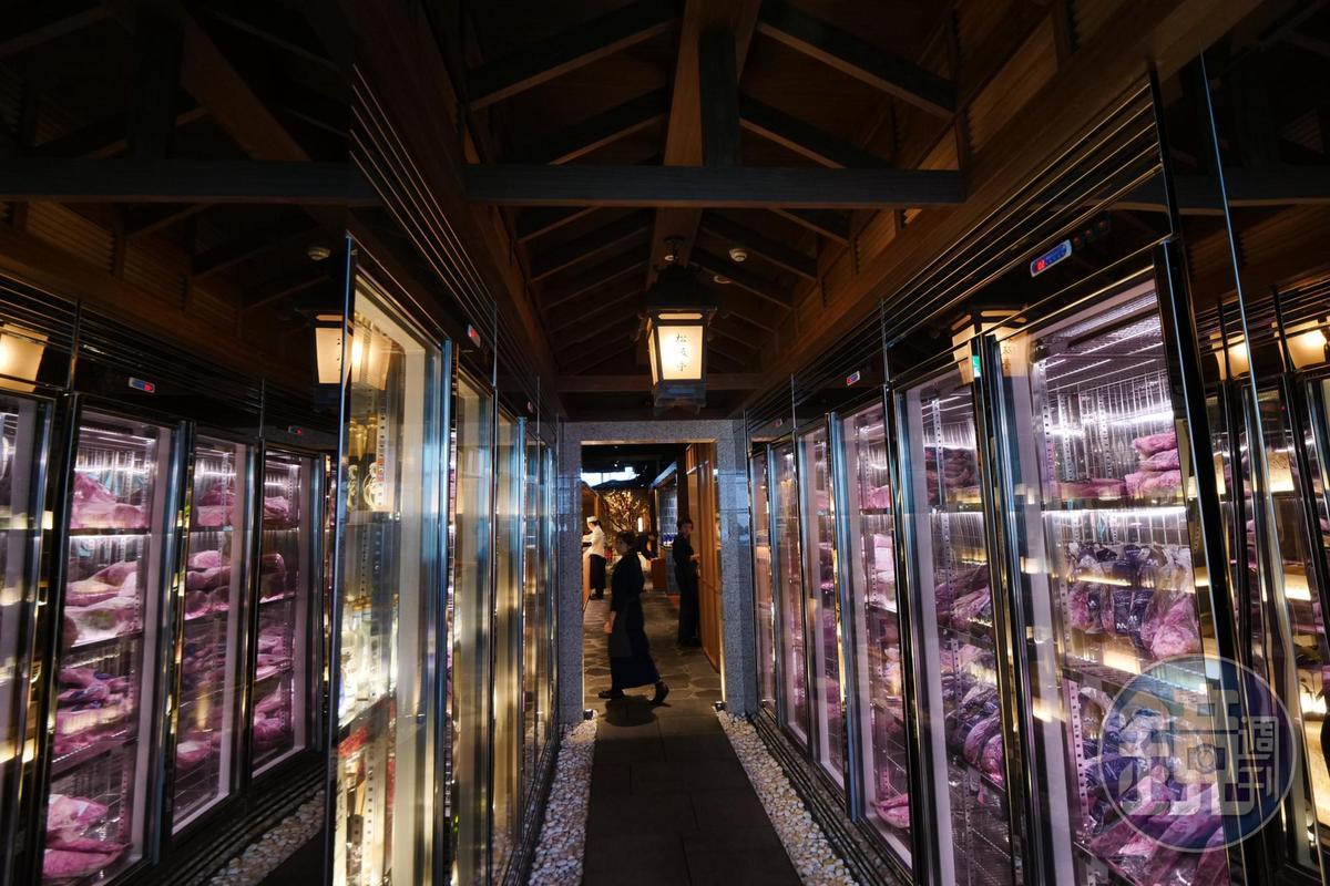 冰櫃內擺滿肉品,象徵店家對進貨能力的信心。