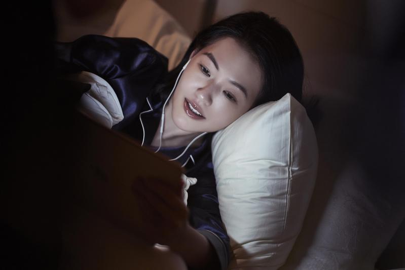 小S把握時間回網友留言,即使躺著也在看3C產品。(雅詩蘭黛提供)