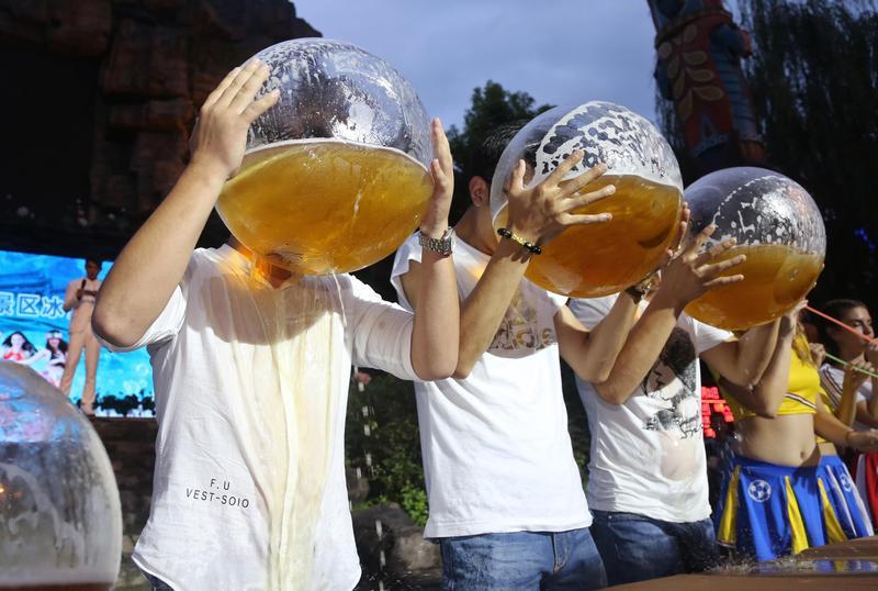 中國杭州今年七月舉行的魚缸喝啤酒大賽。(東方IC)
