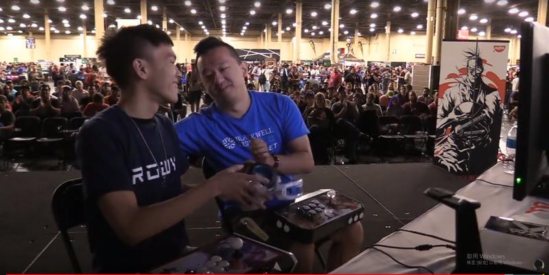 EVO《拳皇14》冠軍賽上演台灣內戰,最終由林家弘(右)擊敗曾家鎮,拿下二連霸的壯舉。(圖:翻攝自Youtube「SF5 RBK」)