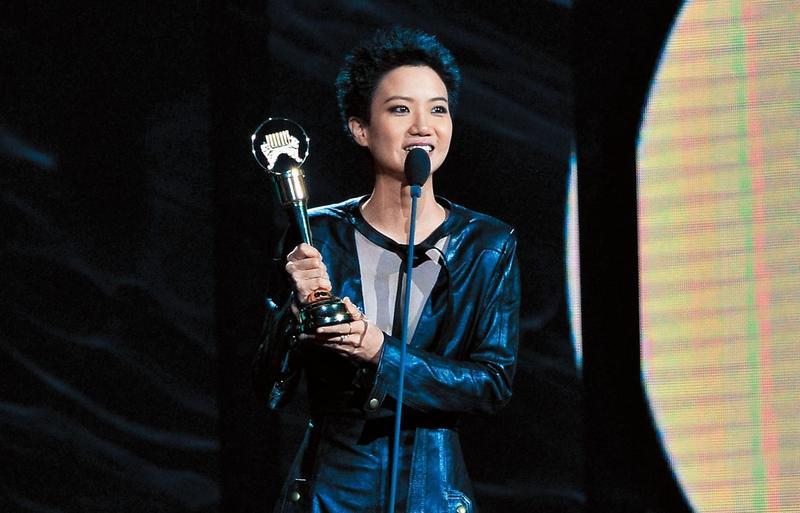 盧凱彤去年在金曲獎大方出櫃並宣布和余靜萍結婚,一句「有了妳,誰還需要完美」成為金句。(台視提供)