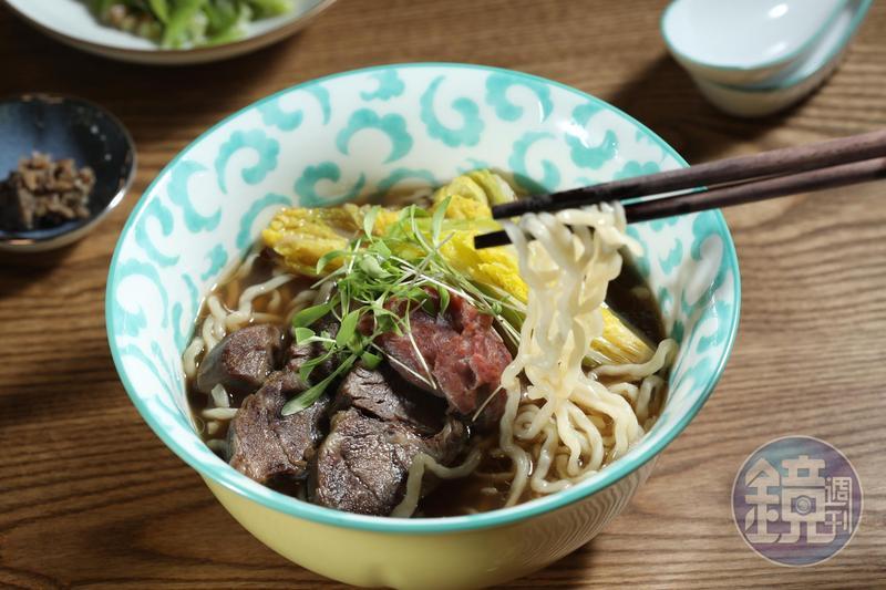「GUBAMI」的清燉牛肉麵以法式高湯為底,清香芳醇。