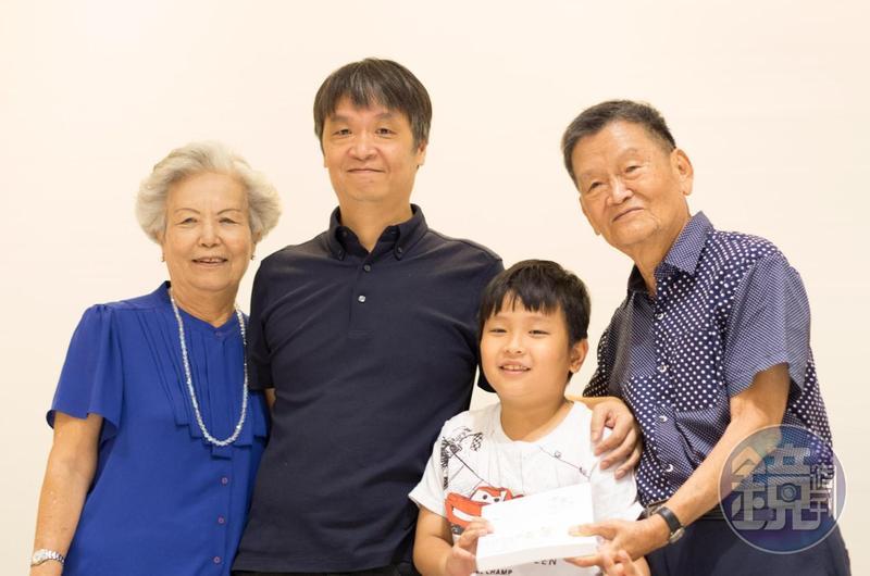 新書分享發表會上,小莊與父母、兒子一同合影。