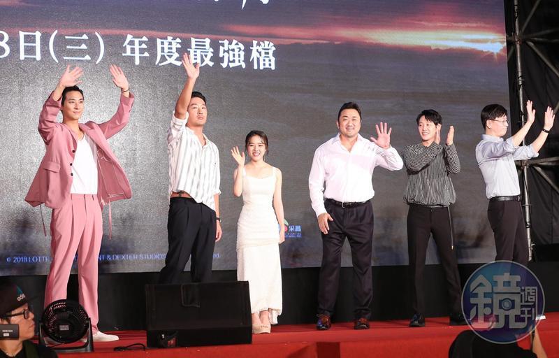 《與神同行:最終審判》導演金容華(右起)與演員金東旭、馬東石、金香起、河正宇和朱智勛在紅毯記者會與粉絲同樂。