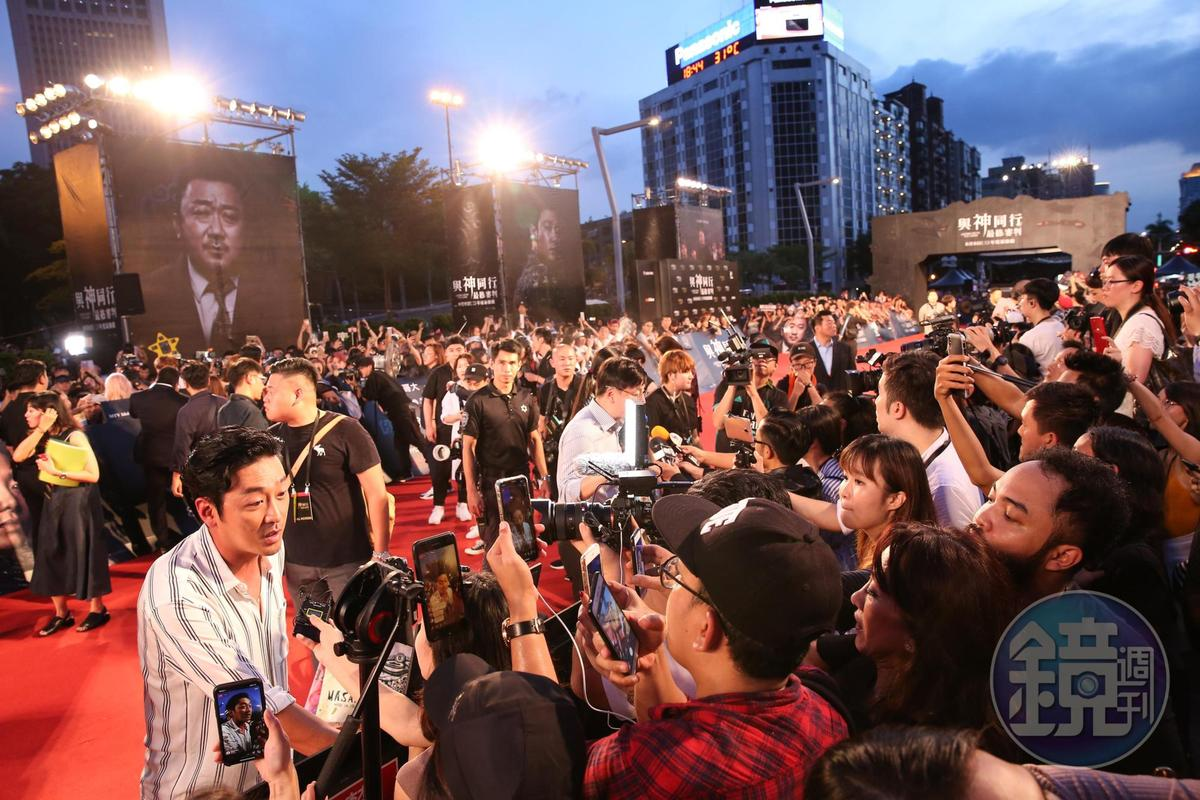 河正宇在紅毯上不僅與粉絲互動,還接受媒體訪問。