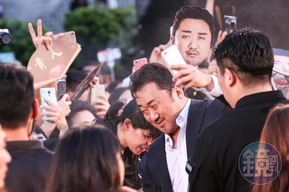 馬東石在紅毯上親切為粉絲簽名,有粉絲用他的頭像做應援版,相映其趣。
