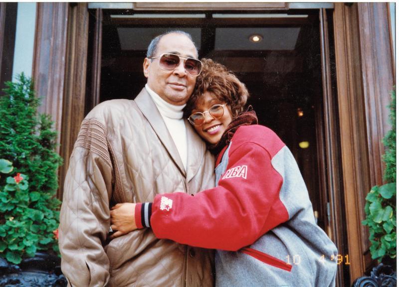 原是父親寶貝女兒的惠妮休斯頓成名後遭父索討一億美元,對外卻假裝仍是幸福家庭,這些都在本片可見。(威視提供)