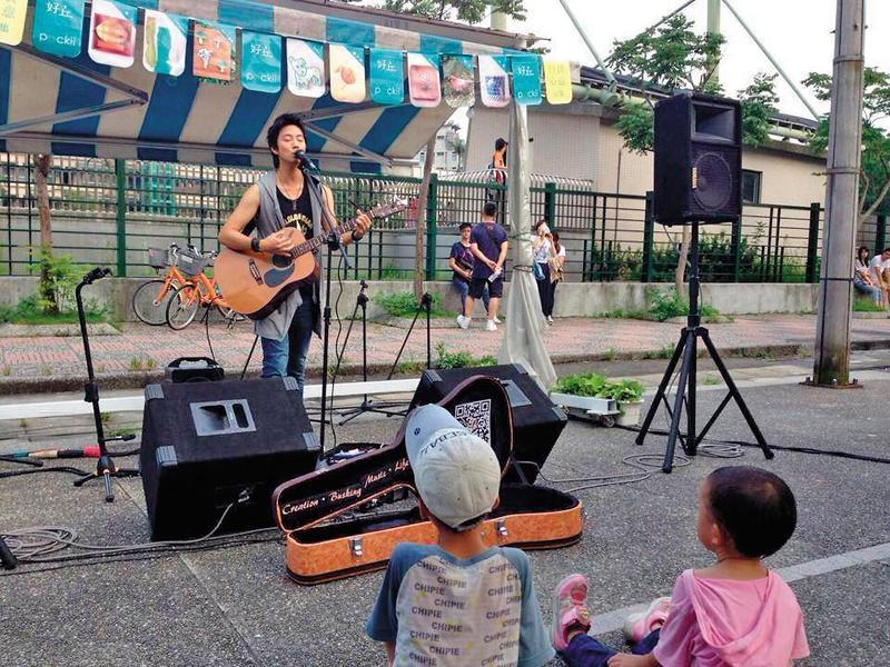2012年考到街頭藝人證照,許書豪在街頭演唱練大自己的膽子。(上行娛樂提供)