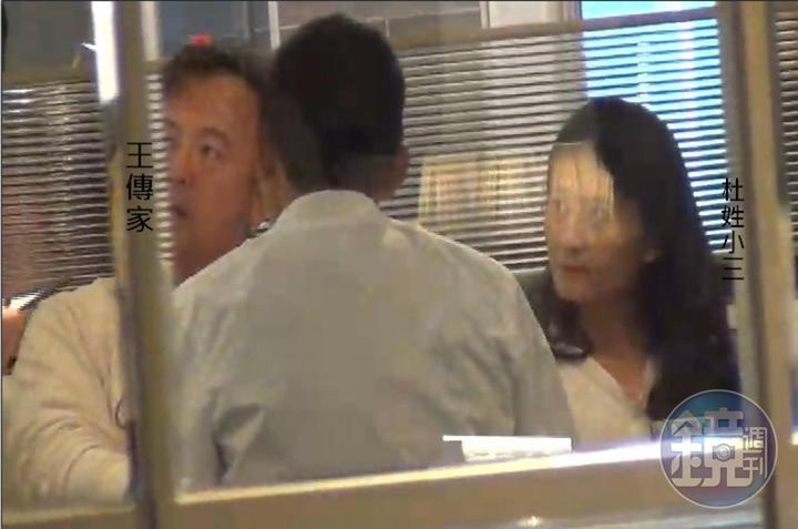 中華職棒前球星王傳家(左)遭妻子控告與杜姓女子通姦。