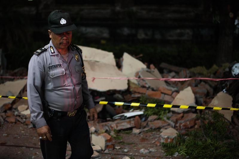 印尼旅遊勝地龍目島昨晚發生芮氏規模7.0強震,目前已造成82人罹難、數百人受傷。(東方IC)