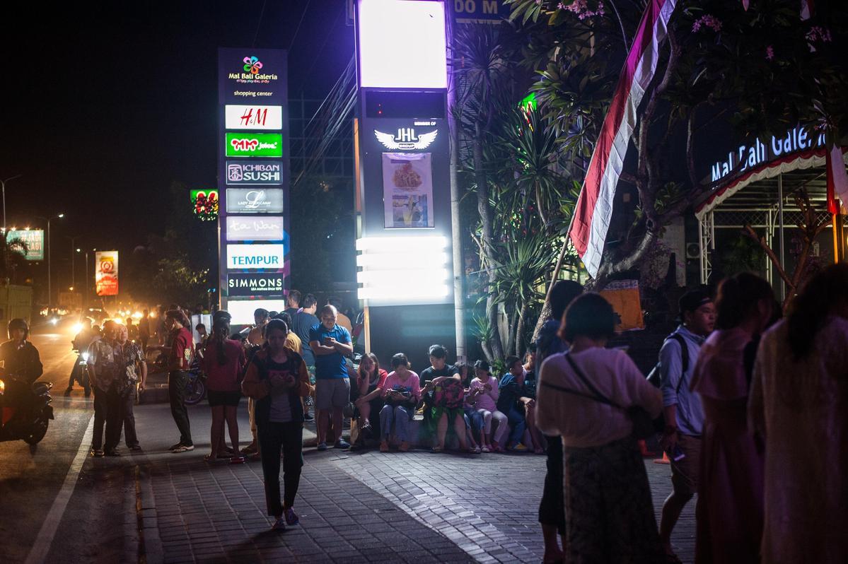 昨日雅加達時間18時46分(台灣時間19時46分)發生芮氏規模7.0地震,讓大批民眾逃出屋外。(東方IC)