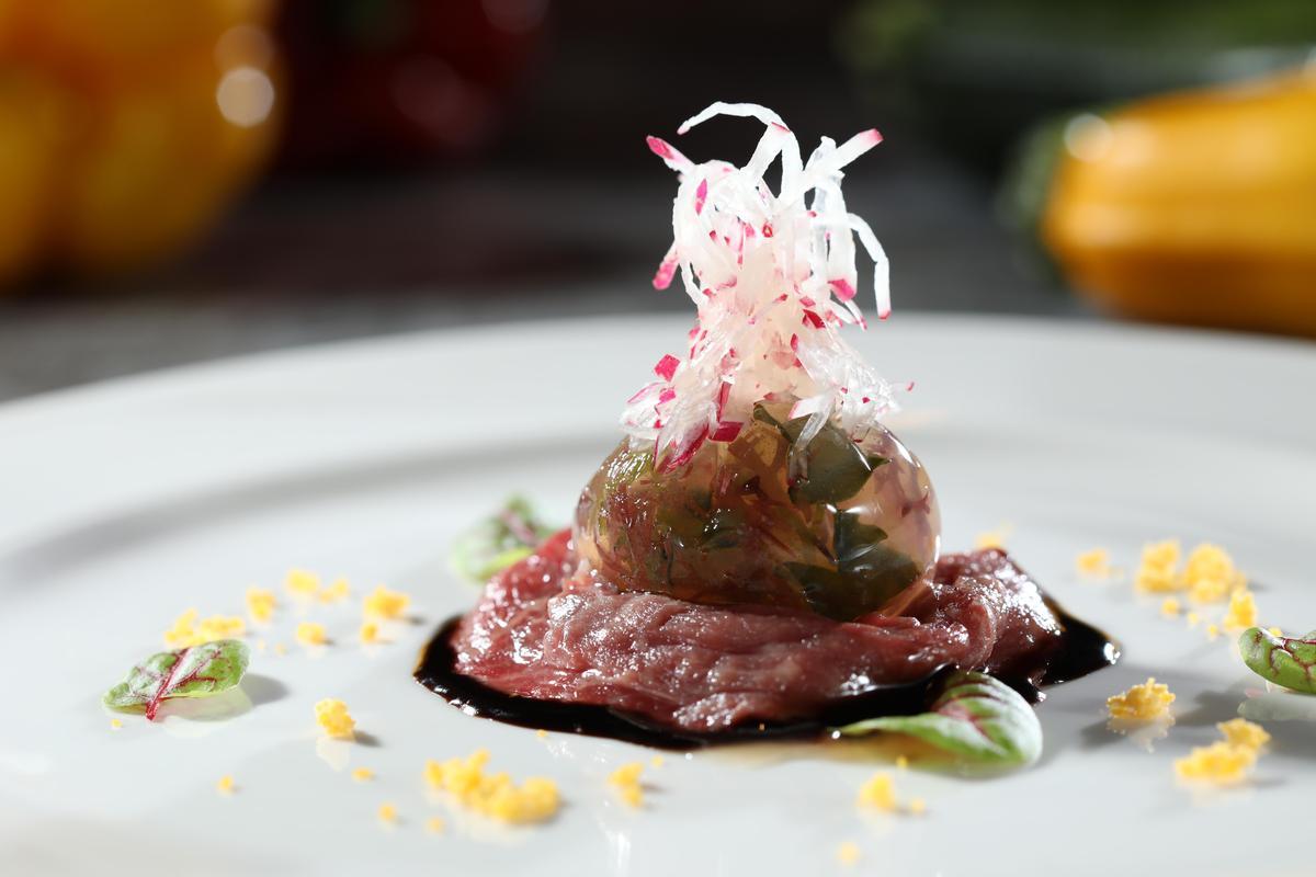 土佐醋凍搭配巴薩米可醬汁,和洋混合的生牛肉呈現適合夏天的酸爽。(1,888元套餐菜色)