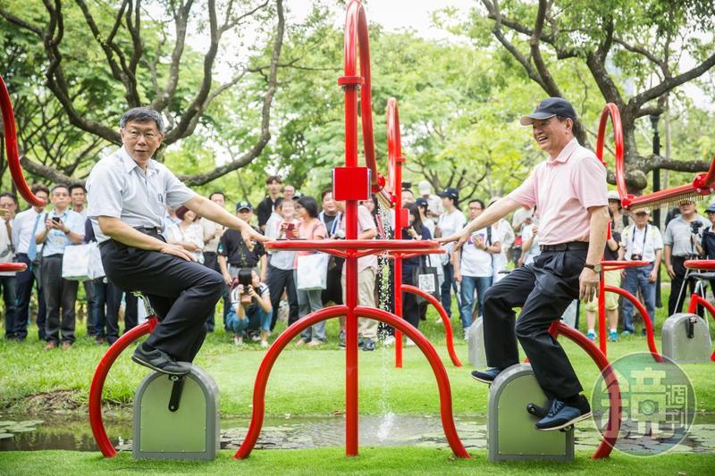 柯文哲與林敏雄一起踩飛輪,邀請大家到公園體驗。