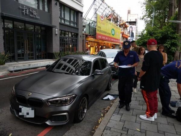 洋蔥偕同女性友人到附近逛街,返回開車時驚見車窗被砸破報案。(警方提供)
