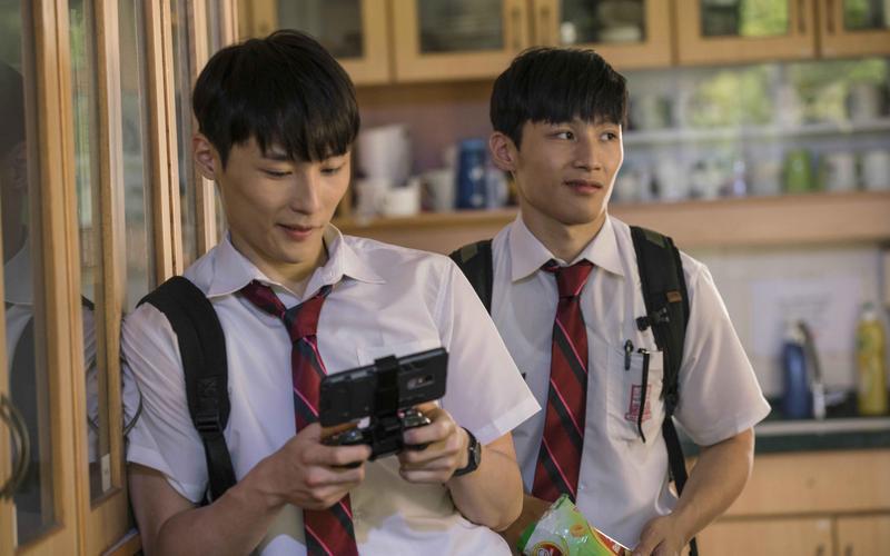 湯君慈與湯君耀外貌相似,在電影中也是扮演單親家庭的雙胞胎兄弟。(華映提供)