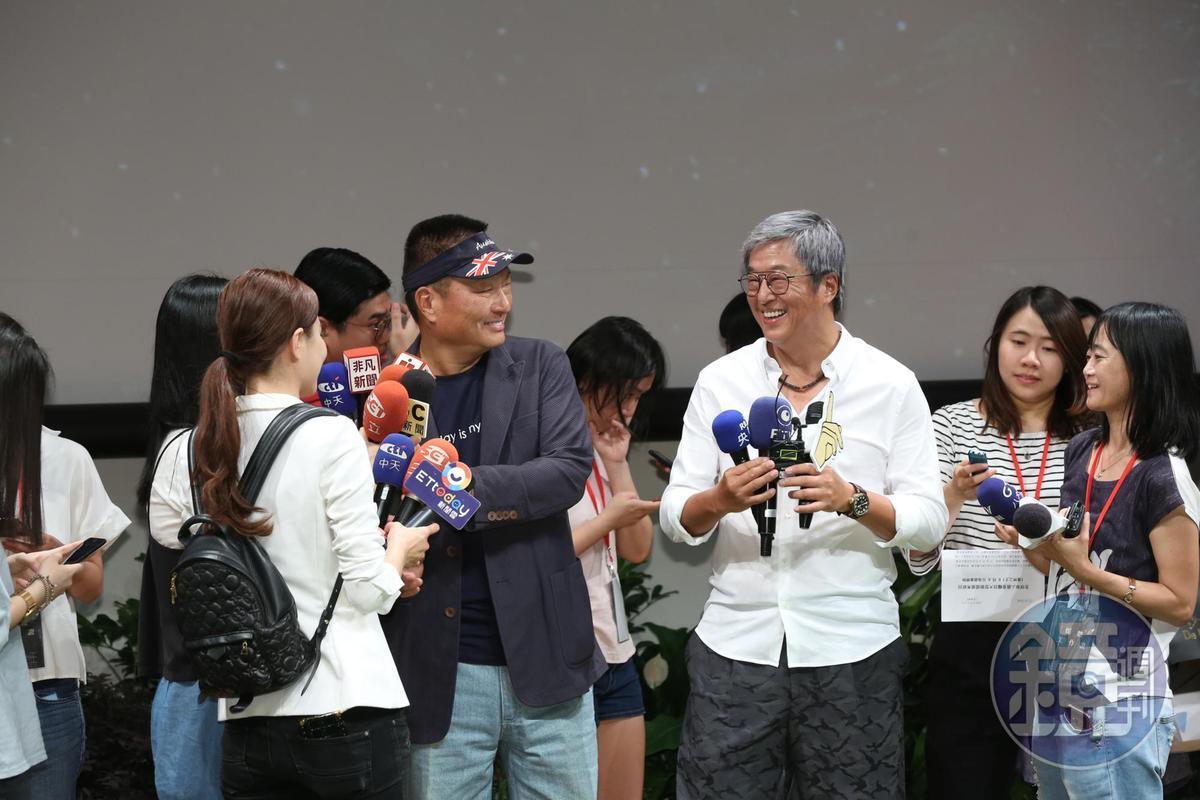 東森集團總裁王令麟、綜藝界天王製作人王偉忠2人一同在台上接受媒體聯訪,並與評審團合影。