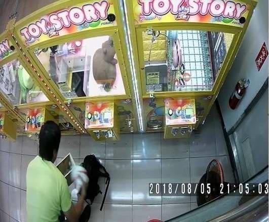 台中彰化娃娃機店慘被男子潛入竊取銅板,業者人心惶惶。(翻攝自爆料公社)