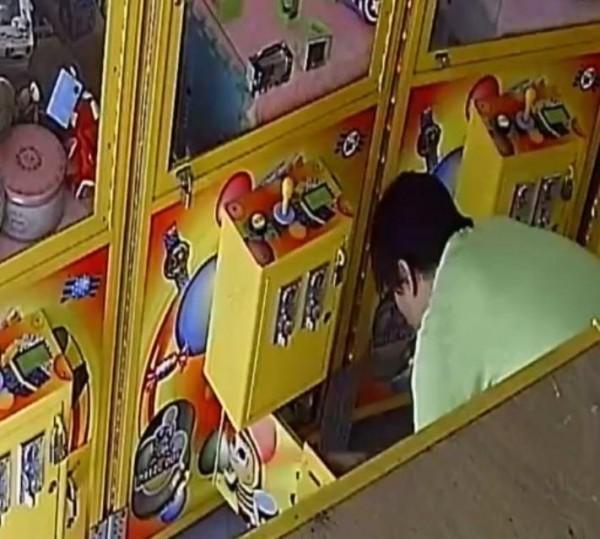 業者靠近娃娃機,破壞機台搜刮銅板。(翻攝自爆料公社)