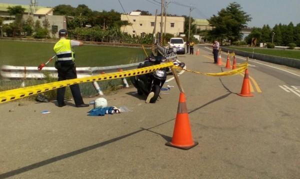 苗47線苑裡鎮社柑三路發生兩輛機車碰撞事故,釀成1死1傷,警方到場了解車禍發生原因。(警方提供)