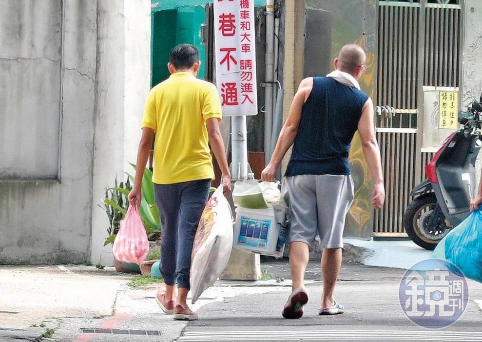 本刊直擊盧膺中在早午餐店忙裡忙外,並與員工一起倒垃圾。