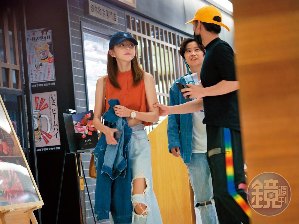 8月1日 18:17,小樂(右)跟邵雨薇(左)結伴逛街,結果被其他媒體及本刊逮個正著。小樂對邵雨薇動作連連。
