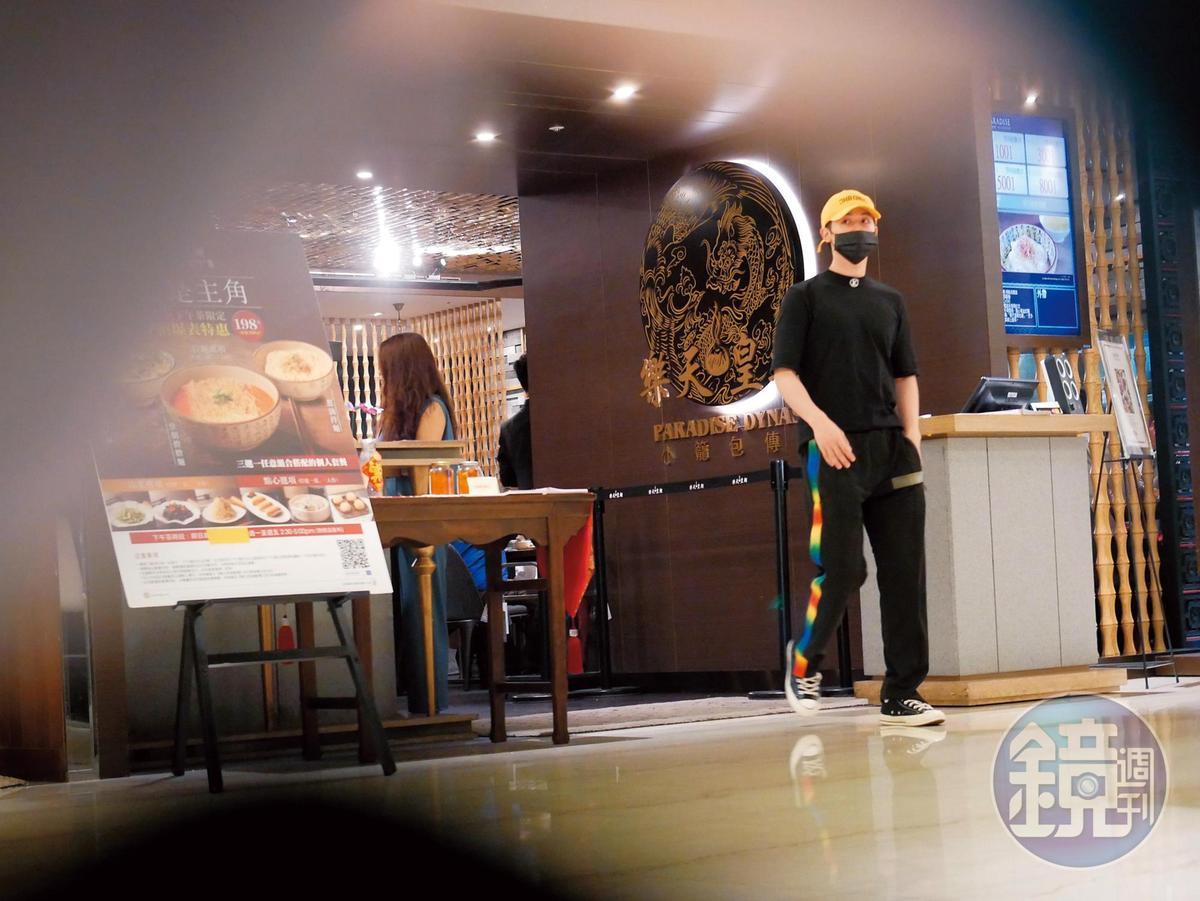 19:45,吃完飯後,小樂放下邵雨薇先離開,很不像情侶約會。