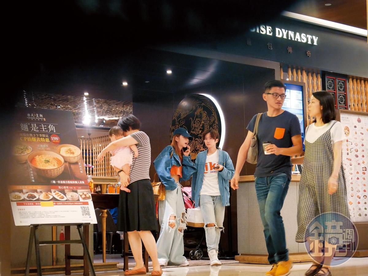 20:04,邵雨薇(右三)在小樂之後出現,跟著助理離開餐廳。