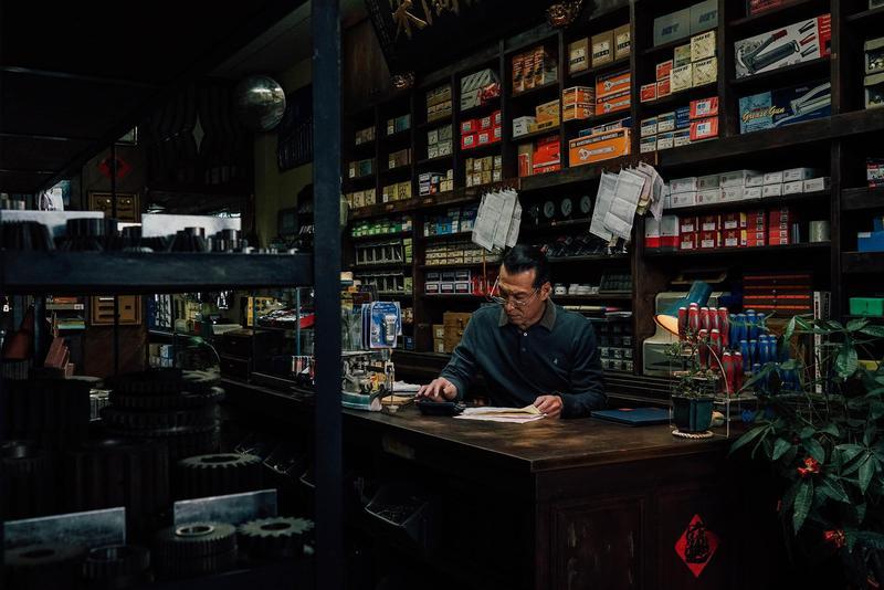 片名《范保德》是該片的主人翁、也是演員黃仲崑飾演的五金行老闆名字。(積木影像提供)