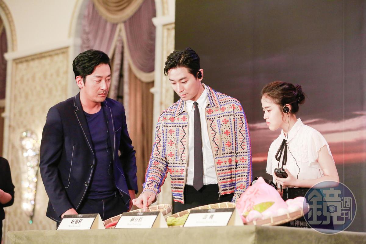 電影公司送上紅龜粿、綠豆糕與壽桃,朱智勛(中)對紅龜粿的味道十分好奇。
