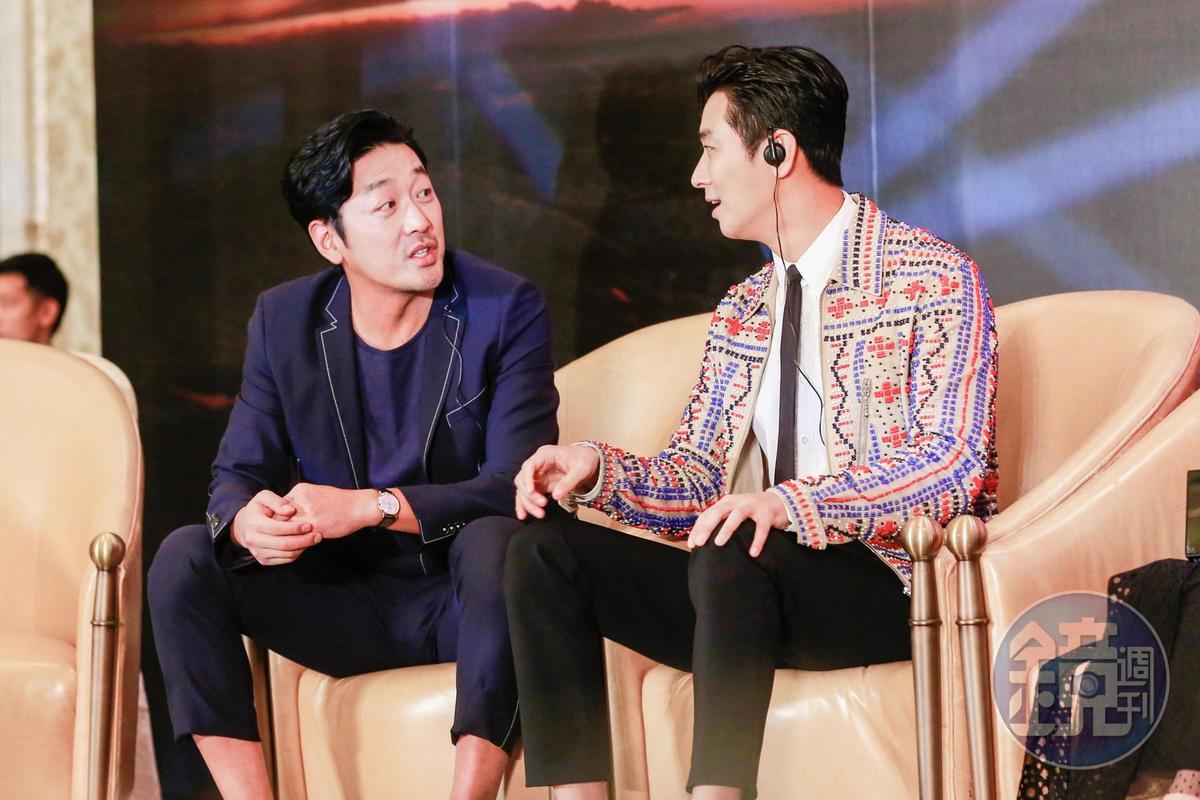 河正宇(左)與朱智勛哥倆不時交頭接耳聊天。