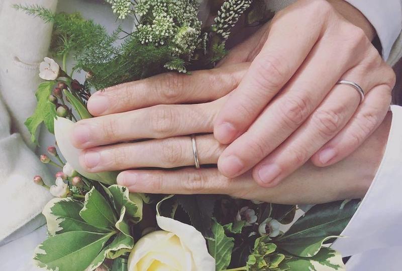 盧凱彤在結婚兩週年時,貼出她和太太余靜萍的牽手照。(翻攝自盧凱彤粉絲專頁)