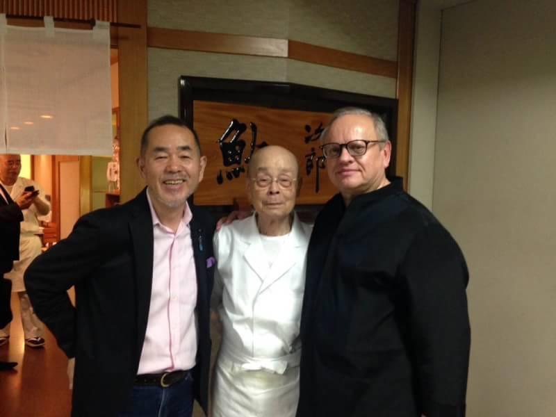 世紀廚神侯布雄(右)在美食評論家山本益博(左)引薦下,與壽司之神小野二郎(中)的雙神合影。(山本益博提供)