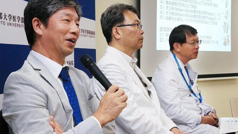 Jun Takahashi(左)與同事正在介紹該項臨床試驗。