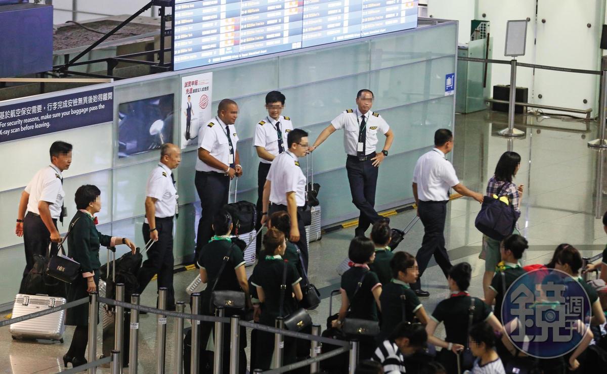 桃園市機師職業工會舉行罷工投票,這是台灣航空史上第一次由機師取得罷工權。圖為桃園機場長榮航空機組員整隊準備出勤。(圖非當事人)