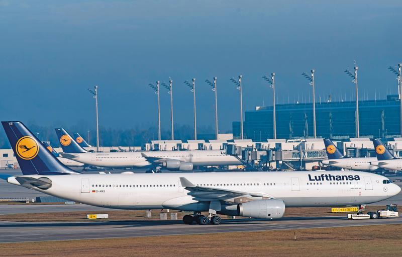 德國最大的航空公司漢莎航空2年前發生機師罷工,每年影響超過800個航班,機坪上停滿漢莎航空的飛機。(東方IC)