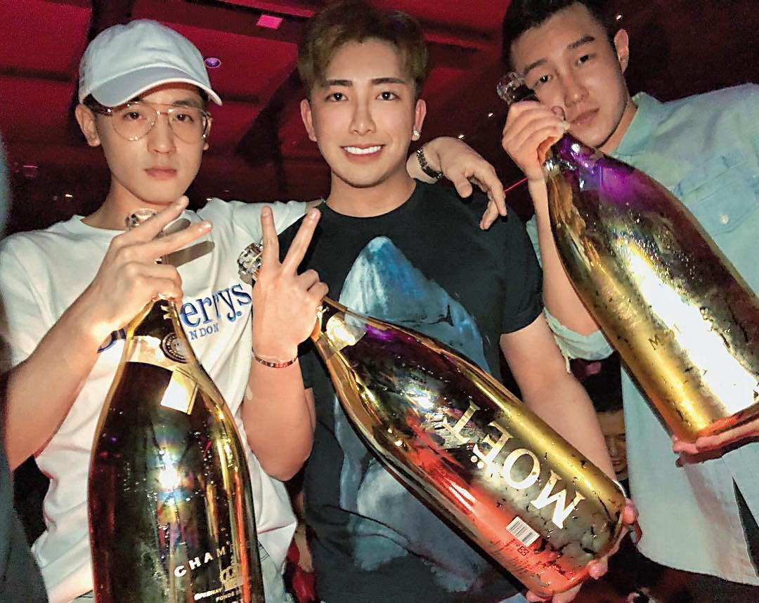 吳亞璟(中)的夜店照片當然也沒有少,尤其是捧著香檳的基本款畫面,但只是Moet而已。(翻攝自吳亞璟IG)