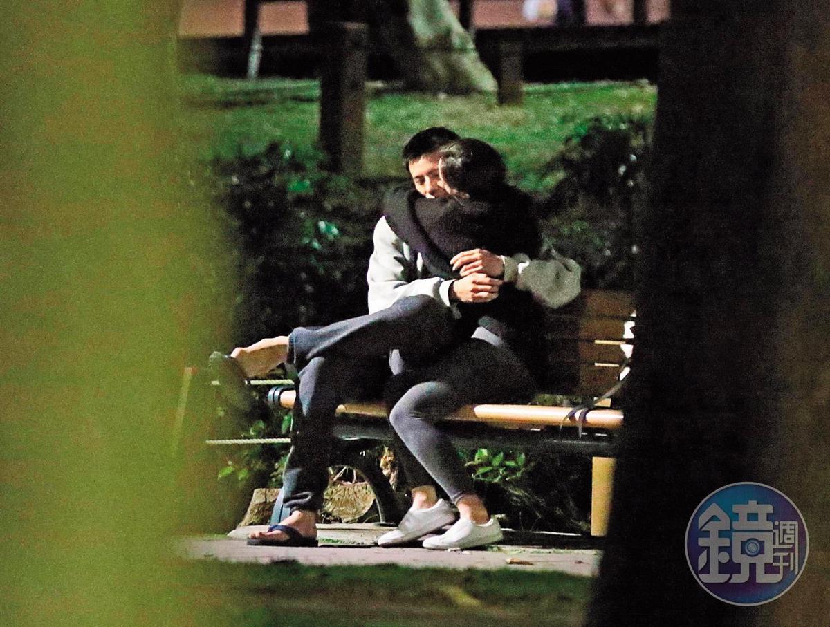 林柏叡與《鬥魚》電影版女主角王淨假戲真做擦出愛火,被拍到在公園公然愛撫喇舌,肢體交纏,女方甚至直接用手指幫男生摳菜渣。