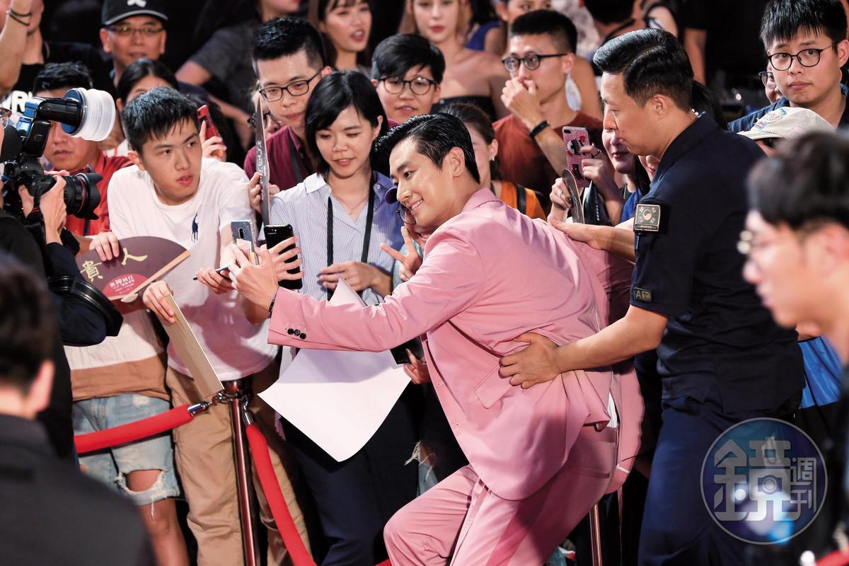 「我欲甲你攬牢牢~乎你袂驚袂擱號~」江蕙那首〈甲你攬牢牢〉,很適合當朱智勛跟男保全這幅畫面的配樂。