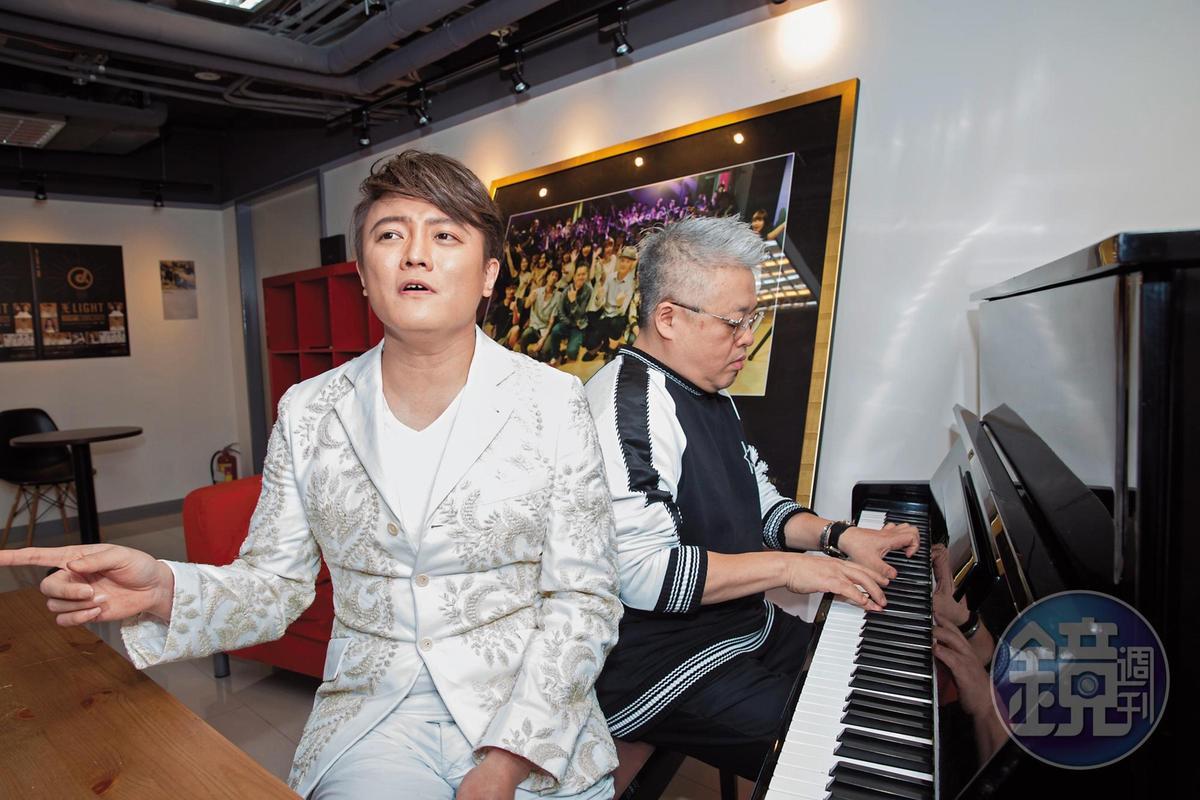 阿沁仿效南韓演藝圈培訓制度,與韓國娛樂界人士來往頻繁。