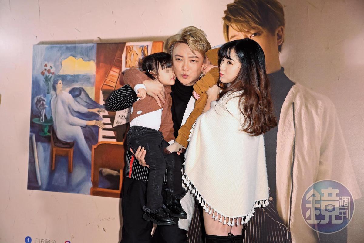 阿沁(左二)的老婆花花(右一)也曾是TPI星光學院的練習生,兩人跨越年紀差相戀,還生了女兒小花苞。