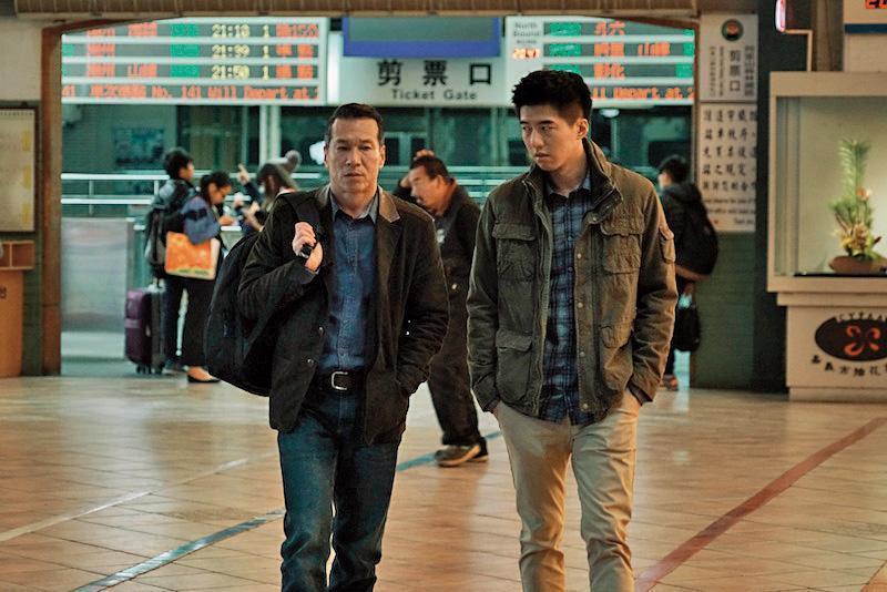 黃仲崑(左)與傅孟柏飾演的父子,一起前往日本探索家族疑雲。(積木影像提供)